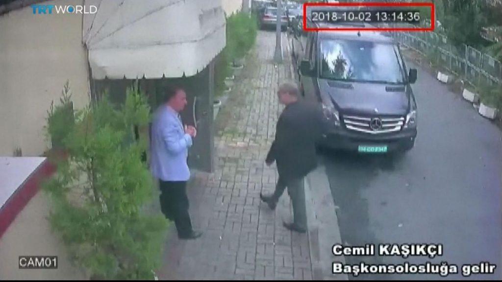 O jornalista Jamal Khashoggi chegando ao consulado saudita no dia 2 de outubro. Sua saída não foi registrada e ele está desaparecido