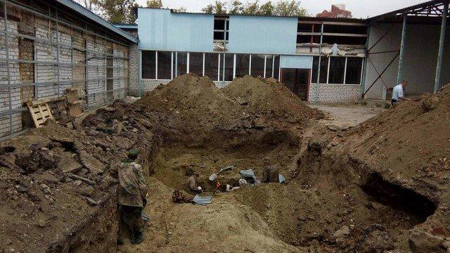 c3ac675ee0858 Os corpos de quase dois mil soldados alemães foram encontrados por  operários russos durante uma obra para a instalação de um encanamento de  água na cidade ...