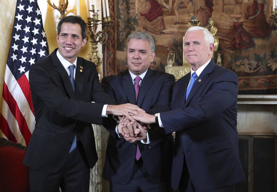 O presidente interino da Venezuela Juan Guaidó (E), o presidente colombiano, Ivan Duque, e o vice americano, Mike Pence (D) Foto: AP Photo/Martin Mejia