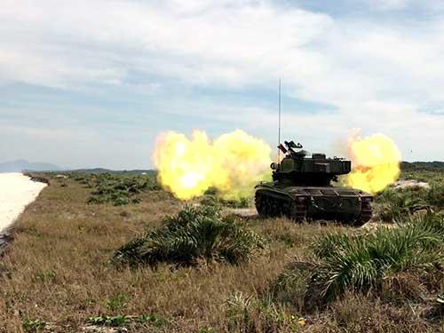 Execução de tiro real com carro de combate