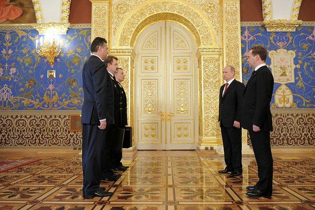 A cerimônia de entrega da maleta nuclear durante a posse de Vladimir Putin em 2012.