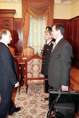 """O então presidente em exercício, Vladimir Putin, recebendo a """"pasta nuclear"""" para controlar as forças nucleares da Rússia em 31 de dezembro de 1999"""